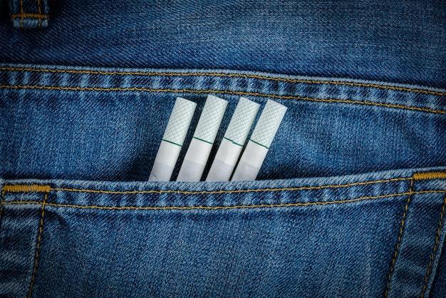 Sigarette nella vecchia tasca dei jeans in denim blu