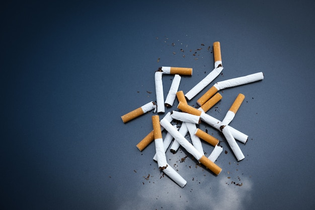 Sigarette rotte nicotina su oscurità