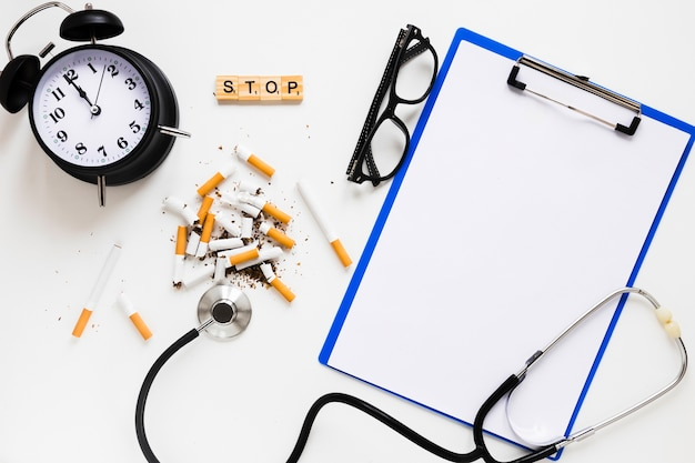 Sigarette vista dall'alto con materiale da scrivania