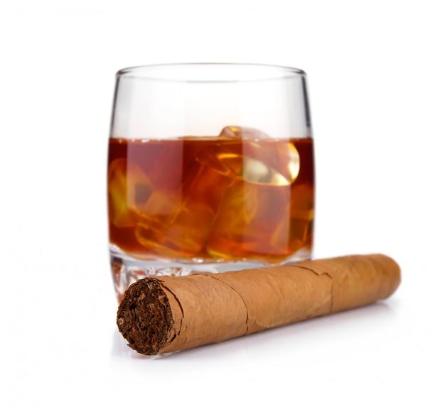 Sigaro e bicchiere di whiskey con il concetto di ghiaccio isolato