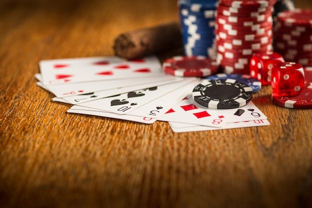 Sigaro, patatine per giochi d'azzardo, bevande e carte da gioco