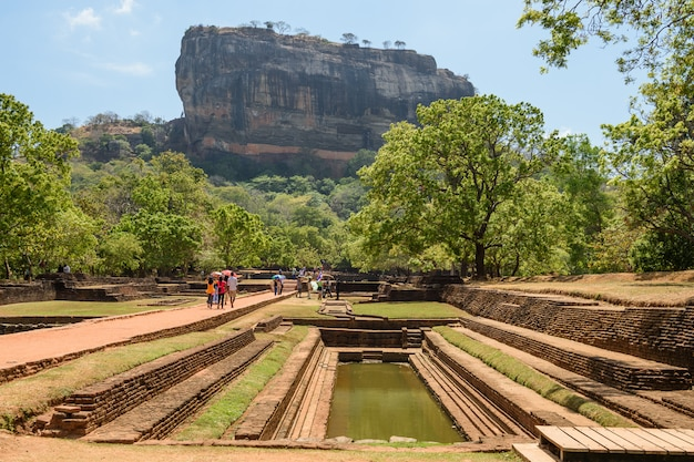 Sigiriya o sinhagiri (lion rock singalese) è un'antica fortezza rocciosa situata nel nord del distretto di matale, vicino alla città di dambulla, nella provincia centrale, nello sri lanka.