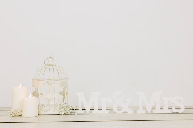 Signor e signora con ornamenti romantici