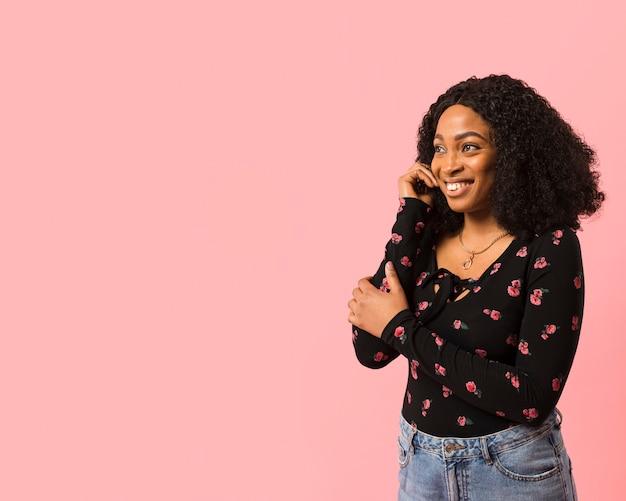 Signora afroamericana che esamina lo spazio della copia