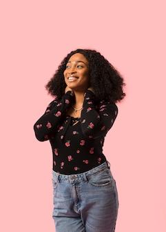 Signora afroamericana che osserva via colpo medio