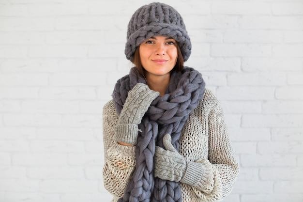 Signora appassionata in guanti, cappello e sciarpa