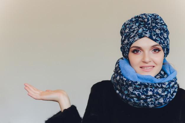 Signora araba che indossa un cappello di lana