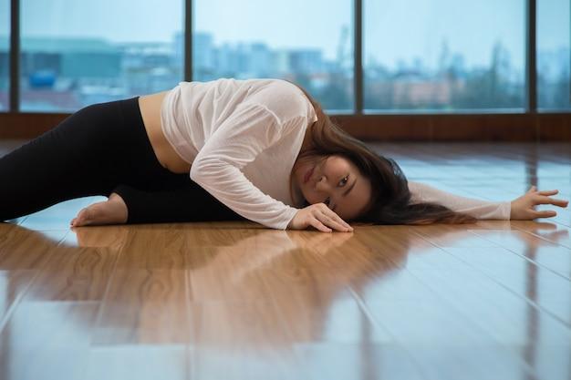 Signora asiatica che guarda l'obbiettivo mentre balla