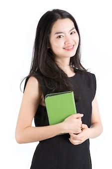 Signora asiatica che tiene un lettore di ebook