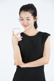 Signora asiatica che utilizza un cellulare