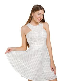 Signora bionda astuta che porta vestito bianco