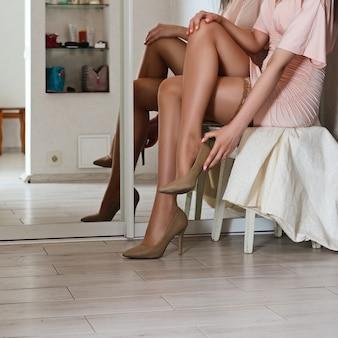 Signora che indossa scarpe in corridoio