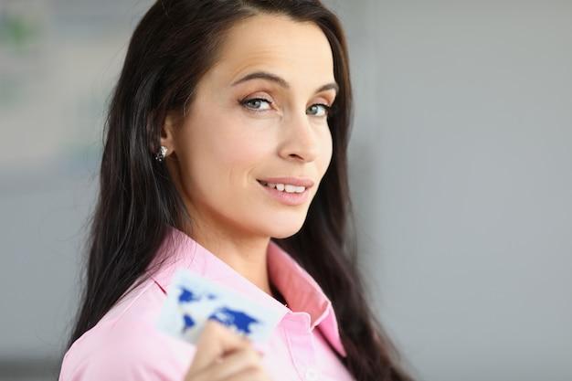 Signora che paga la carta di credito