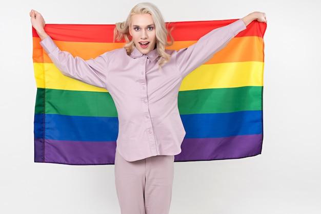 Signora con asciugamano arcobaleno multicolore