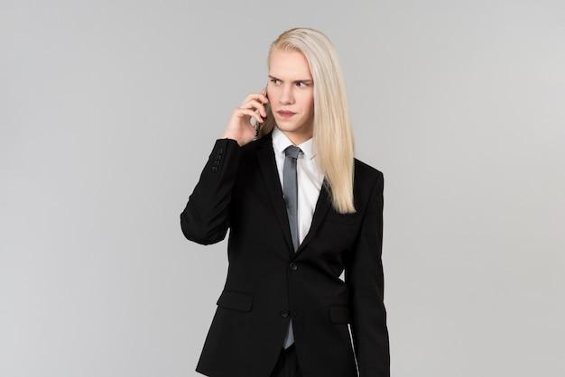 Signora con cappotto nero