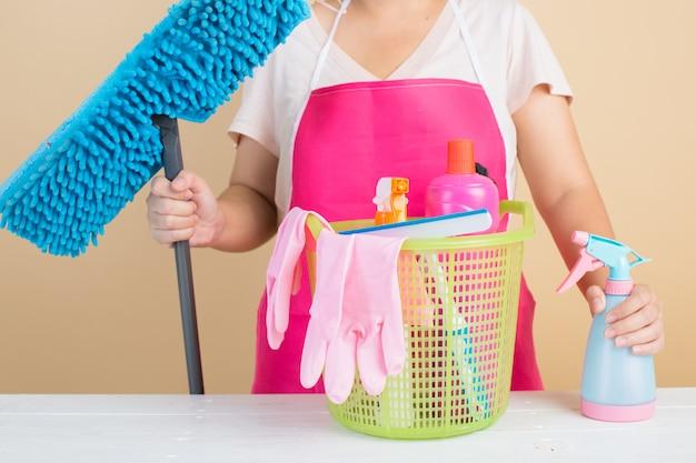 Signora con prodotti per la pulizia