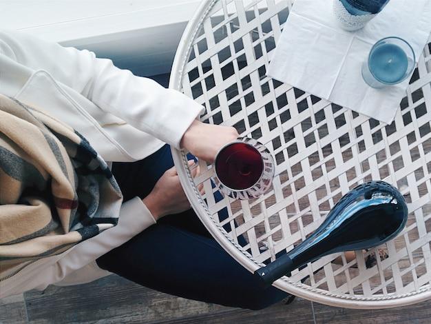 Signora con un bicchiere di vino rosso
