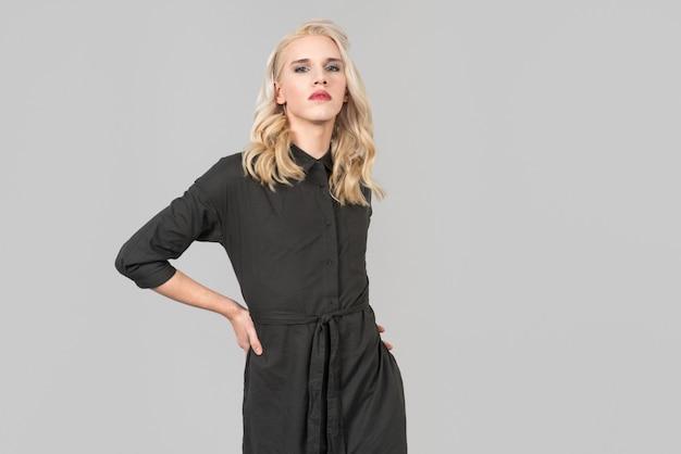 Signora con vestito nero