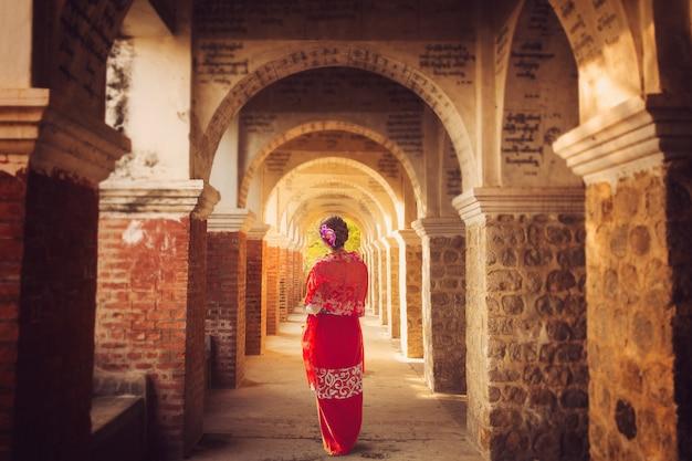 Signora del myanmar in piedi nell'antico tempio