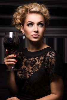 Signora dolce e affascinante con segreti sconosciuti