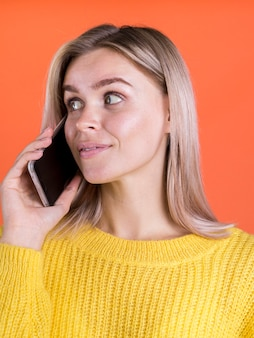 Signora felice parlando al telefono