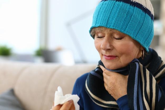 Signora malata che tocca mal di gola