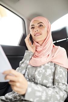 Signora musulmana di affari in automobile