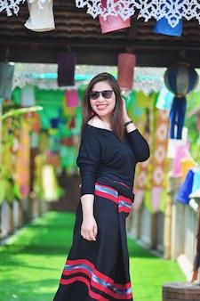 Signora tailandese invecchiata mezzo in costume tailandese nordico variopinto di stile al posto turistico all'aperto in chiang mai lanna thailand