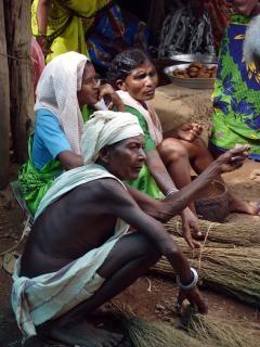 Signora tribale seduta