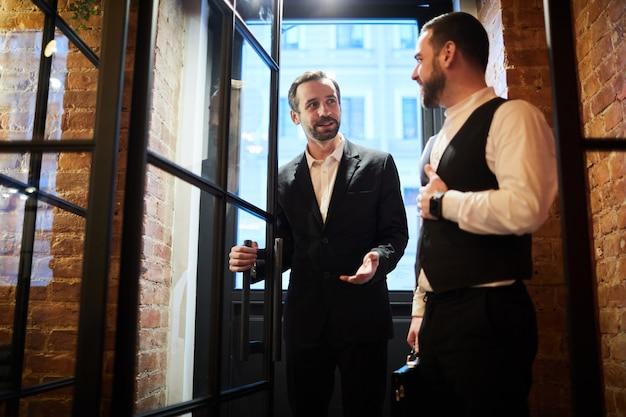 Signori che entrano nel ristorante