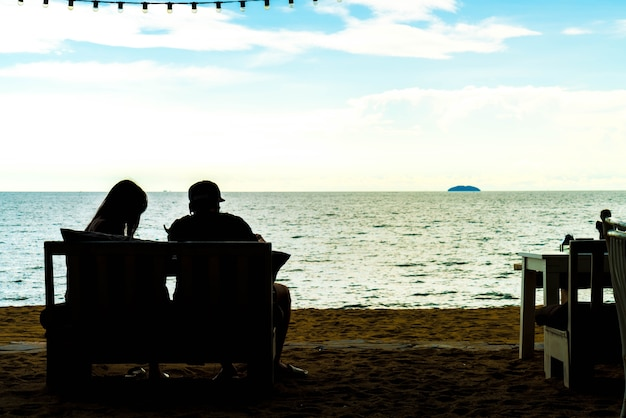 Silhouette coppia amore con vista sul mare