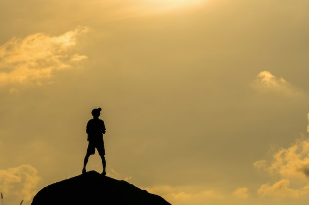 Silhouette del fotografo con drone sopra la montagna