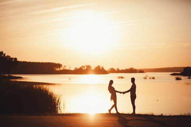 Silhouette di coppia al tramonto