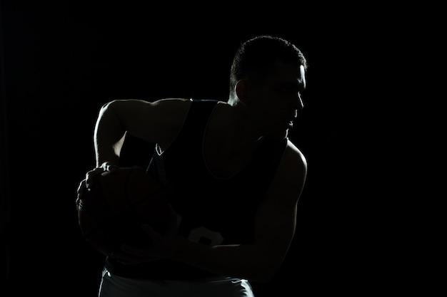 Silhouette di formazione giocatore di basket con sfondo nero