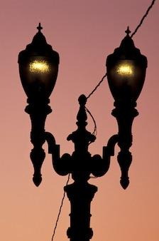 Silhouette di lampioni vecchio stile, ornato, incandescente