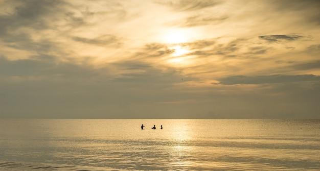 Silhouette di pescatori con l'alba sullo sfondo