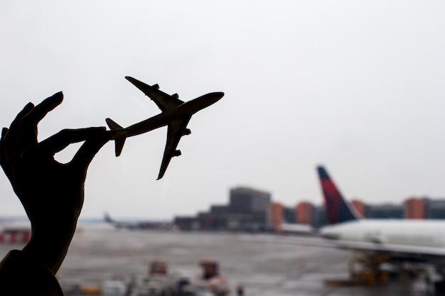 Silhouette di un piccolo modello di aeroplano in aeroporto