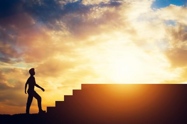 Silhouette di un uomo in piedi davanti alle scale.