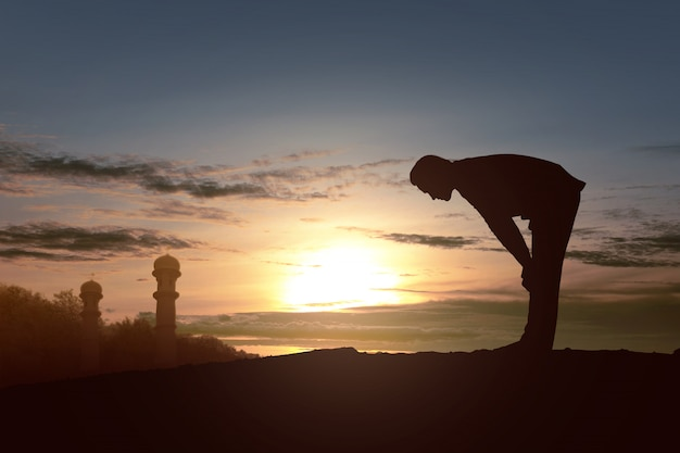 Silhouette di un uomo musulmano in posizione di preghiera