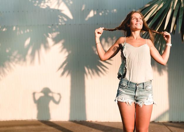 Silhouette di una bella ragazza con le code di cavallo che cercano la sua felicità ricordando la sua infanzia