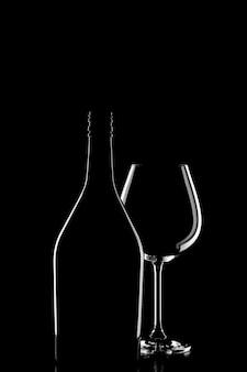 Silhouette di una bottiglia di vino e bicchiere di vino su sfondo nero