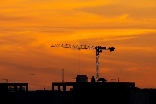 Silhouette di una gru di costruzione