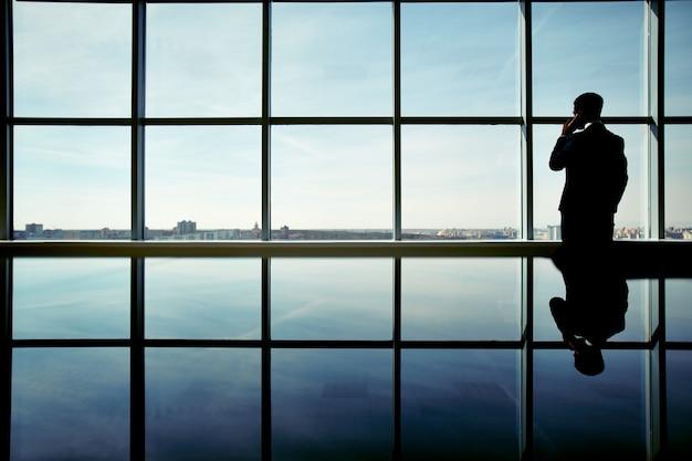 Silhouette di uomo d'affari godendo della vista
