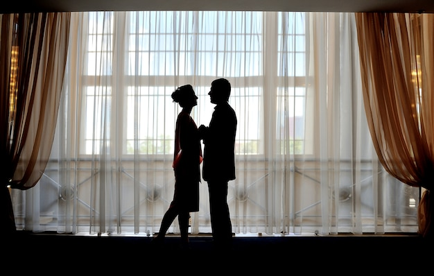Silhouette di uomo e donna
