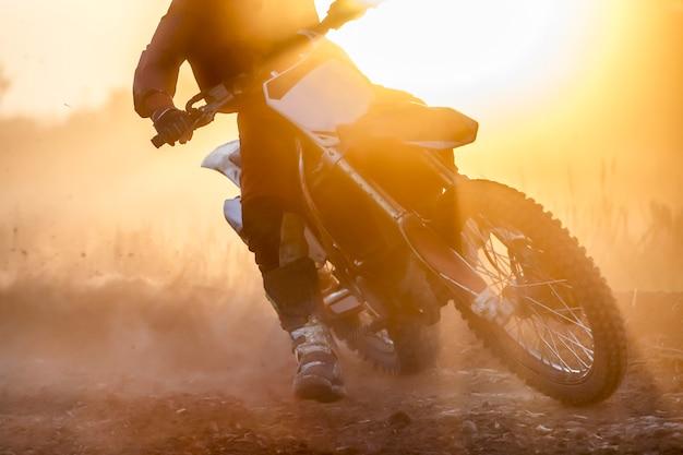 Silhouette velocità di motocross in pista