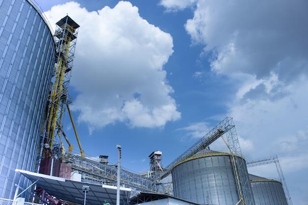 Silos moderni per la conservazione del raccolto di cereali.