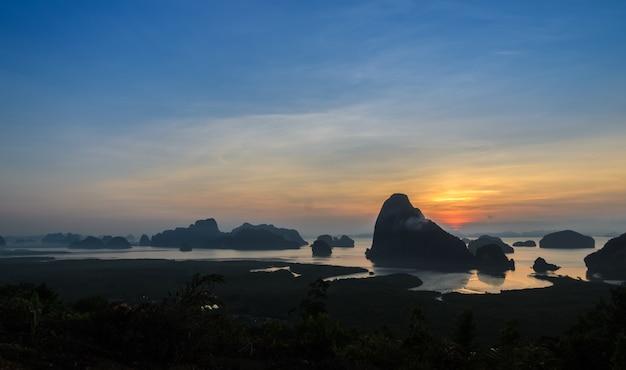 Siluetta del lanscape di karsts del calcare nella baia di phang nga ad alba, tailandia