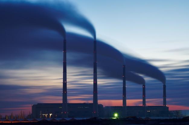 Siluetta della centrale elettrica elettrica della turbina a gas