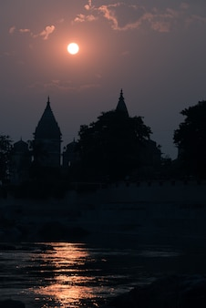 Siluetta delle costruzioni al tramonto in india.