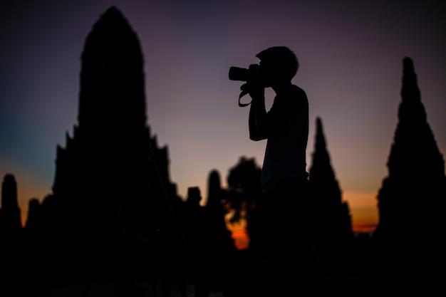Siluette, i turisti stanno viaggiando nel vecchio tempio di phra nakhon si ayutthaya, tailandia.